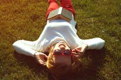 Blonde Frau auf dem Gras Stockfotografie