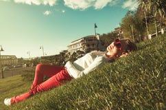 Blonde Frau auf dem Gras Stockfotos