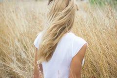 Blonde Frau auf dem Heugebiet Lizenzfreie Stockfotos