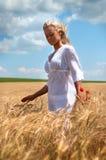 Blonde Frau auf dem Sommergebiet Stockfotos
