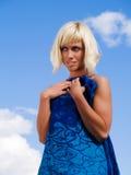 Blonde Frau auf dem sonnigen blauen Himmel Stockfotografie