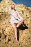 Blonde Frau auf dem Strand, der in den Sonnenbrillen trägt Stockbild