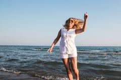 Blonde Frau auf dem Strand nahe Meer Stockbilder