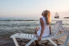 Blonde Frau auf dem Strand nahe Meer Stockfotografie