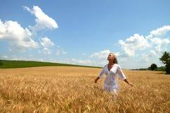 Blonde Frau auf dem Weizengebiet Stockfotografie