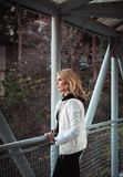Blonde Frau auf der Brücke Stockfotos