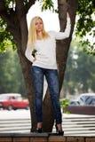 Blonde Frau auf der Stadtstraße Lizenzfreie Stockfotos