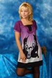 Blonde Frau auf einem dunkelblauen Hintergrund Stockfoto