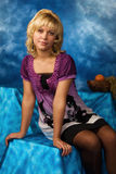 Blonde Frau auf einem dunkelblauen Hintergrund Stockbild