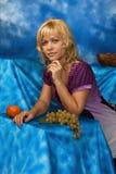 Blonde Frau auf einem dunkelblauen Hintergrund Lizenzfreies Stockbild
