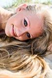 Blonde Frau auf einem Meersand Stockfotos