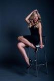 Blonde Frau auf einem Stuhl Lizenzfreies Stockfoto