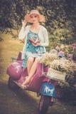 Blonde Frau auf einer Retro- Rolle Lizenzfreies Stockfoto