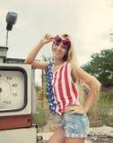 Blonde Frau auf geschädigter Tankstelle Lizenzfreie Stockbilder