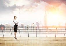 Blonde Frau auf ihrem Balkon in New York Lizenzfreies Stockbild