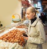 Blonde Frau auf Markt Stockfotografie