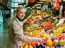 Blonde Frau auf Markt Lizenzfreies Stockfoto