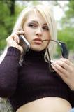 Blonde Frau auf Mobiltelefon Lizenzfreie Stockbilder
