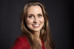 Blonde Frau auf schwarzem Hintergrund Lizenzfreie Stockfotos