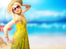 Blonde Frau auf Strand Stockbild