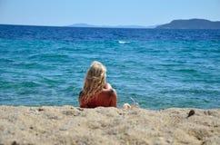 Blonde Frau auf Strand Lizenzfreie Stockfotos