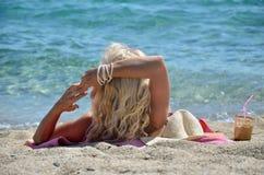 Blonde Frau auf Strand Lizenzfreies Stockfoto