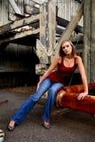 Blonde Frau auf verrostetem Rohr Lizenzfreie Stockfotografie