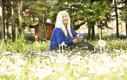 Blonde Frau auf Wiese Lizenzfreies Stockfoto