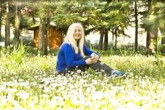 Blonde Frau auf Wiese Stockbild