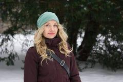 Blonde Frau auf Wintermode Stockfotos