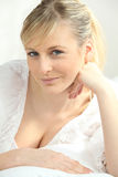 Blonde Frau in aufschlussreicher Spitze Lizenzfreie Stockfotos