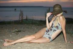 Blonde Frau in Badeanzug Stockbild