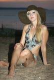 Blonde Frau in Badeanzug und im Hut Lizenzfreies Stockbild