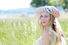 Blonde Frau Beautifulo mit Kopftuch im hohen Gras Stockfotos