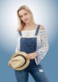 Blonde Frau Beautyful, die mit Sommerhut aufwirft Lizenzfreie Stockbilder