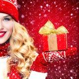 Blonde Frau Beautyful mit Weihnachtskastengeschenk auf rotem Hintergrund Lizenzfreie Stockbilder