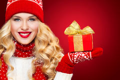 Blonde Frau Beautyful mit Weihnachtskastengeschenk auf rotem Hintergrund Lizenzfreie Stockfotos