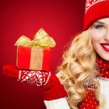 Blonde Frau Beautyful mit Weihnachtskastengeschenk auf rotem Hintergrund Lizenzfreie Stockfotografie