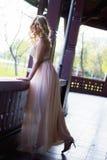 Blonde Frau bei der Abendkleideraufstellung Lizenzfreie Stockfotografie