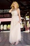Blonde Frau bei der Abendkleideraufstellung Stockfotografie