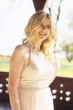 Blonde Frau bei der Abendkleideraufstellung Lizenzfreies Stockbild