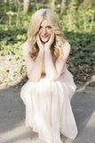 Blonde Frau bei der Abendkleideraufstellung Lizenzfreies Stockfoto