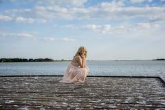 Blonde Frau bei der Abendkleideraufstellung Lizenzfreie Stockfotos