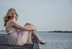 Blonde Frau bei der Abendkleideraufstellung Stockfoto