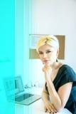 Blonde Frau bei der Arbeit im Büro Lizenzfreie Stockfotografie