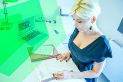 Blonde Frau bei der Arbeit im Büro Lizenzfreie Stockbilder