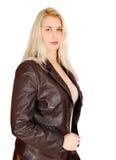 Blonde Frau bei der Lederjackeaufstellung Lizenzfreie Stockbilder