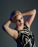 Blonde Frau beleuchtet durch Farbengele Lizenzfreies Stockbild