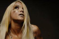 Blonde Frau bilden innen Lizenzfreie Stockbilder