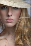 blonde Frau blickt heraus von unterhalb des Brs Stockfotografie